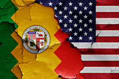 De vlaggen van Los Angeles en van de V.S. op gebarsten muur worden geschilderd die Stock Foto