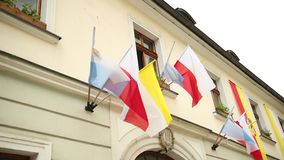 De vlaggen van Polen, Vatikaan die, Katholicisme in de wind golven stock footage