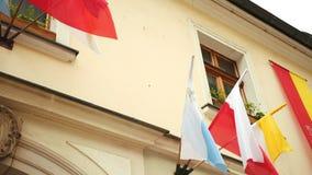 De vlaggen van Polen, Vatikaan die, Katholicisme in de wind golven stock video
