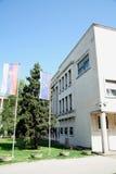 De vlaggen van Serviër en van Vovjodina in een voorzijde van Vojvodina Assemblage Stock Foto's