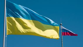 De Vlaggen van de staat van de Oekraïne en Rusland stock videobeelden