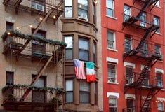 De vlaggen van Verenigde Staten en van Italië bij het balkon in Weinig Italië Royalty-vrije Stock Fotografie