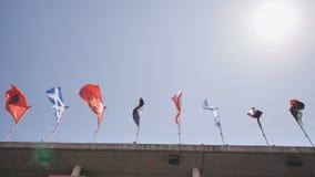 De vlaggen van de wereld hangen over het gebouw stock video