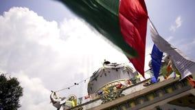De vlaggen verfraaiden Boeddhistische tempel stock footage