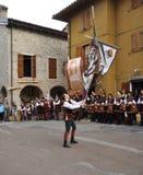 De vlaggenverklaring van afstand toont tijdens het medioeval historische weer invoeren Royalty-vrije Stock Foto's