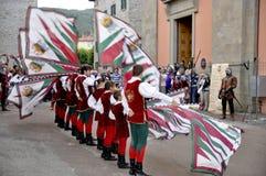 De vlaggenverklaringen van afstand tonen tijdens het medioeval historische weer invoeren Stock Afbeelding