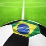 De Vlagpatroon van Brazilië van een voetbalbal in groen gras Royalty-vrije Stock Fotografie