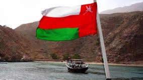 De vlagrug van Oman van een boot op overzees Musandamschiereiland, Sultanaat van Oman stock footage