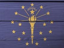 De vlagtextuur van Grungeindiana, de staten van Amerika, de gouden die toorts van A door een buitencirkel van sterren wordt omrin vector illustratie