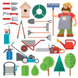 De vlak vastgesteld vector van het tuinmateriaal en tuinmankarakter met baard en harkillustratie vector illustratie