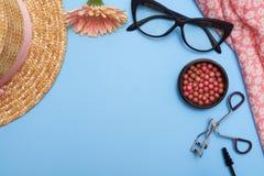 De vlakke collage van vrouwelijke kleren met schoonheidsmiddelen, legt beeld Stock Afbeeldingen