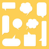 De vlakke geplaatste bellen van de ontwerp witte toespraak, inzameling op gele achtergrond Stock Fotografie