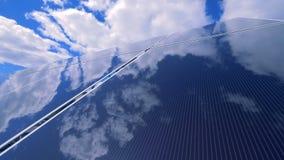 De vlakke glasslike oppervlakte van een zonneplatform wijst op blauwe hemel stock video