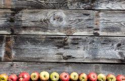 De vlakke grens van organische appelen op oud echt hout, legt stock foto