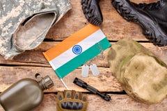 De vlakke reeks van militaire uitrusting op houten achtergrond, legt Stock Foto's