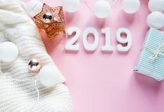 De vlakte van het Kerstmisconcept lag De warme, comfortabele witte kleding van de de wintersweater, het aantal van 2019 en het ka royalty-vrije stock afbeelding