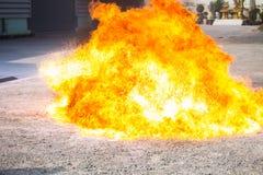 De vlam van de olie die hevig in de brandoefening toeneemt royalty-vrije stock afbeelding