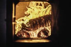 De vlam van de uitbarstingsbrand in oven, sinaasappel en zwarte royalty-vrije stock afbeelding
