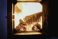 De vlam van de uitbarstingsbrand in oven, sinaasappel en zwarte royalty-vrije stock foto's