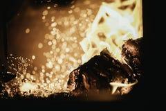 De vlam van de uitbarstingsbrand in oven, sinaasappel en zwarte royalty-vrije stock afbeeldingen