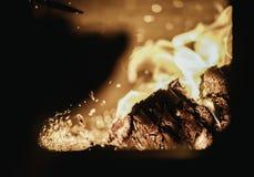 De vlam van de uitbarstingsbrand in oven, sinaasappel en zwarte royalty-vrije stock foto