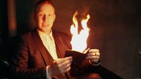 De vlam verlicht het gezicht van de goochelaar stock footage