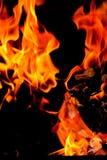 De vlammen die van de brand, Brandende brandclose-up opheffen Royalty-vrije Stock Foto