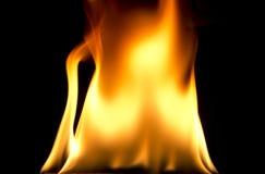 De vlammen van de brand op zwarte achtergrond Stock Foto's