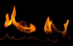 De vlammen van de brand op zwarte achtergrond Stock Afbeelding
