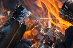 De vlammen van een kampvuur sluiten omhoog Stock Afbeeldingen