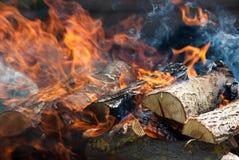 De vlammen van een kampvuur sluiten omhoog royalty-vrije stock fotografie