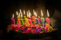 De vlammende kaarsen van de verjaardags cyrillische brief stock afbeelding