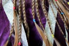 De vlechten van het meisje op het stoffenpatroon Royalty-vrije Stock Afbeelding