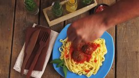 De vleesballetjes in tomatensaus met deegwaren maken op stock videobeelden