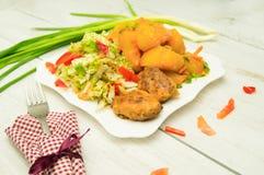 De vleesballetjes van de aardappelsalade op een plaat Royalty-vrije Stock Foto's