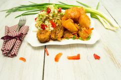 De vleesballetjes van de aardappelsalade op een plaat Royalty-vrije Stock Fotografie