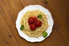 De vleesballetjes van spaghettideegwaren met tomatensaus, basilicum, de kaas van de kruidenparmezaanse kaas op houten achtergrond royalty-vrije stock afbeelding
