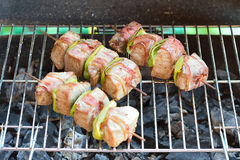 De vleespennen van de rundvleeskebab op de grill Stock Fotografie