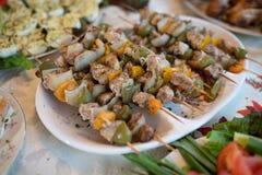De vleespennen van de kippenkebab met geassorteerde groenten stock afbeeldingen