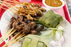 De Vleespennen van Satay van de kip en van het Lam met Rijst Ketupat Stock Afbeeldingen