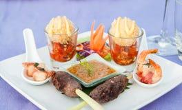 De vleespenvoorgerecht van rundvleessatay canape en pindasaus stock foto