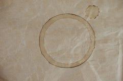 De Vlek van de koffiekop op Bruine Verfrommelde Zak Royalty-vrije Stock Fotografie