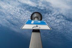 De vlek van het onbekwaamheidsparkeren, wolken en blauwe hemel op de achtergrond stock foto's