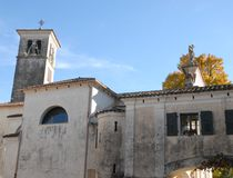 De Vleugel, de kerk en de klokketoren van het oosten van het kasteel van Strassoldo Friuli (Italië) royalty-vrije stock afbeelding