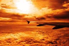 De vleugel en de wolken van het vliegtuig Stock Afbeeldingen