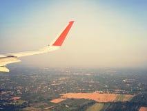 De vleugel van een vliegtuig stock afbeelding