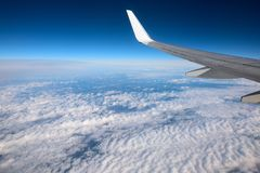 De vleugel van het ruimteveer bij een zeer hoge hoogte stock foto