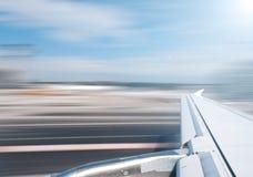 De vleugel van het vliegtuig bij start of het landen. Stock Foto's