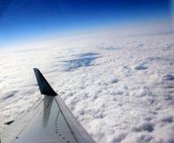 De vleugel van het vliegtuig boven de wolken Royalty-vrije Stock Foto's