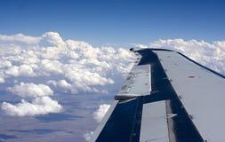 De vleugel van het vliegtuig boven de wolken Royalty-vrije Stock Fotografie